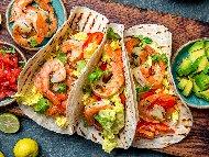 Приготвяне на рецепта Такос със скариди, салата, чушки и авокадо